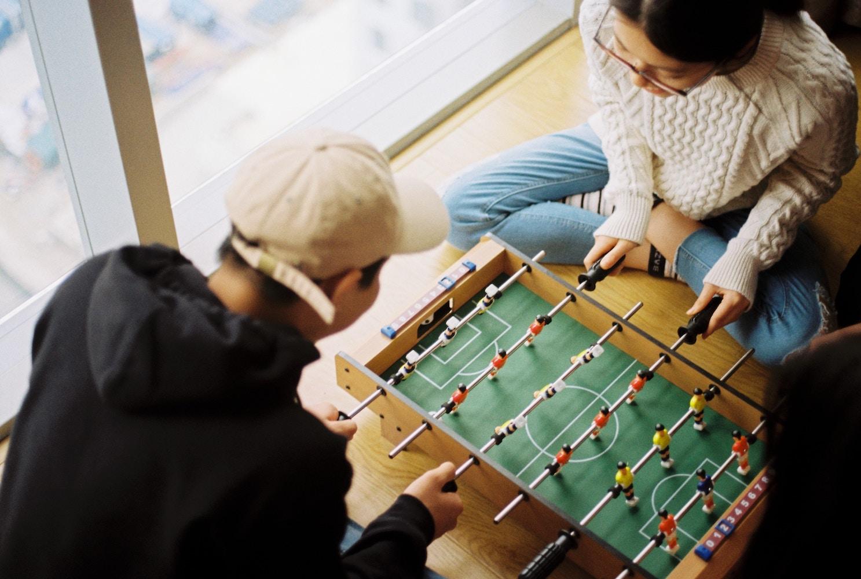 ゲームを楽しむオタクカップルのイメージ