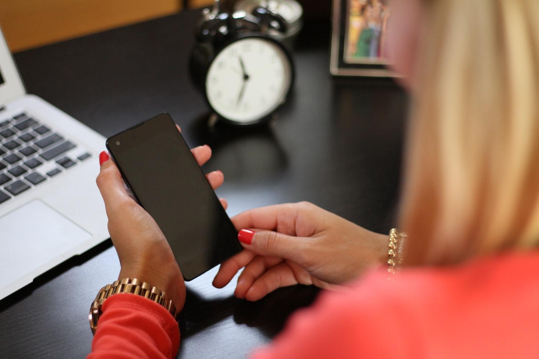 スマートフォンを操作するイメージ画像