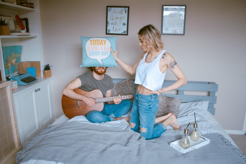 部屋探しを終えて楽しい同棲生活をスタートさせた同棲カップルのイメージ画像