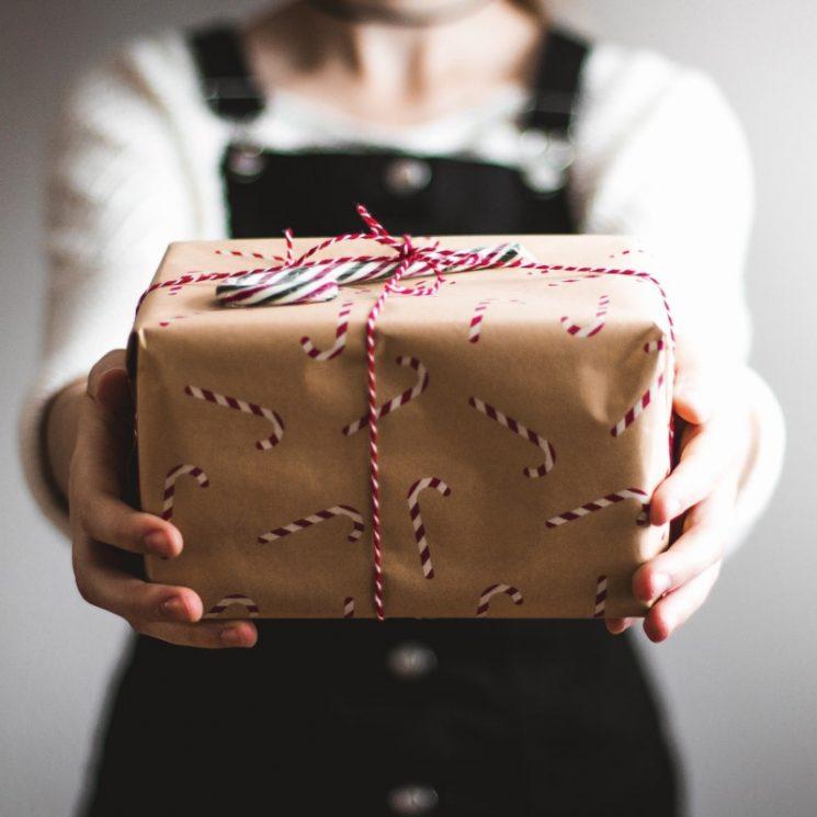 プレゼントのを箱を渡されているイメージ