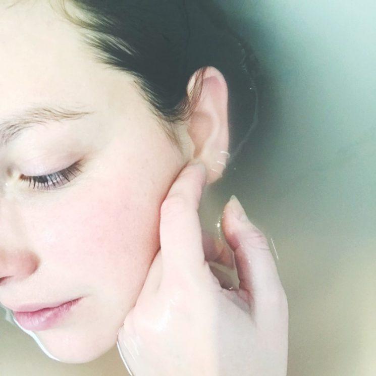 お風呂につかる女性の顔イメージ