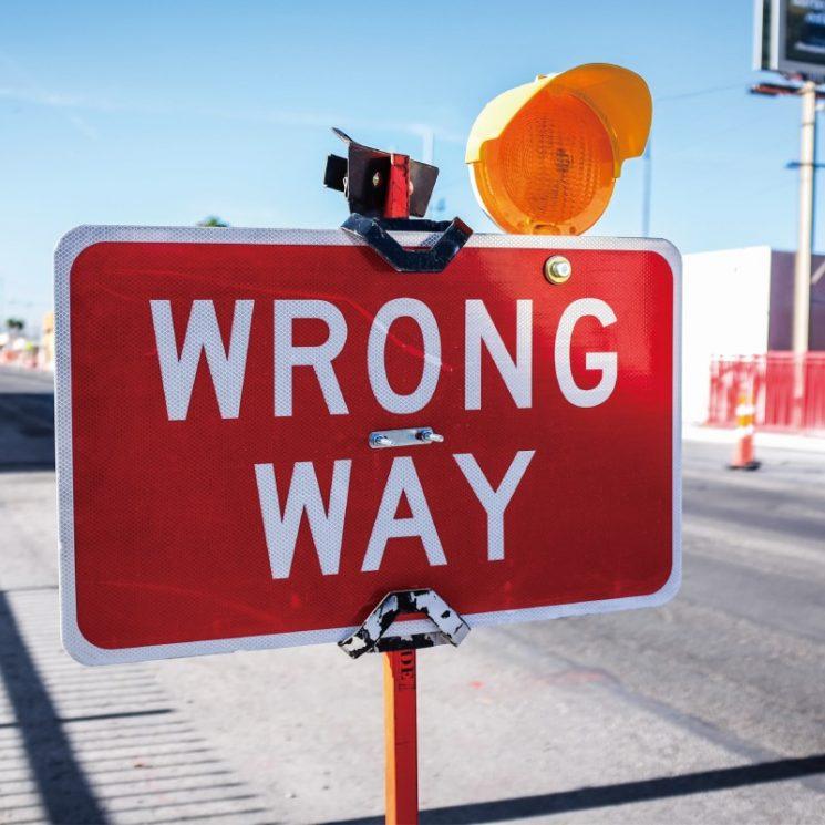 「WRONG WAY」の看板イメージ