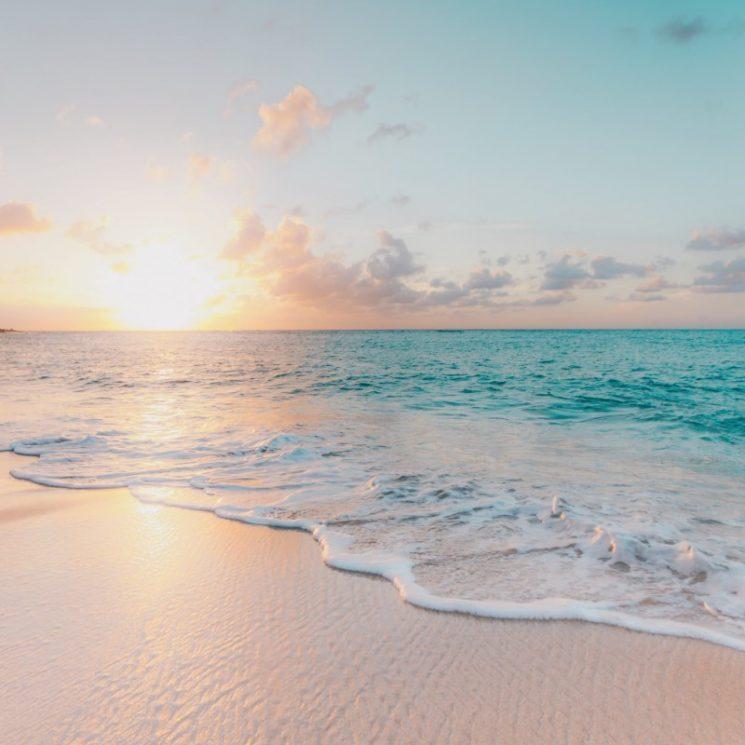 夜明けの海岸のイメージ
