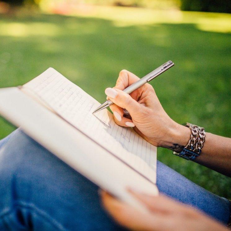 ノートに書きこむ様子