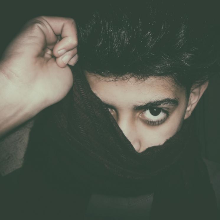 男性が顔を隠しているイメージ