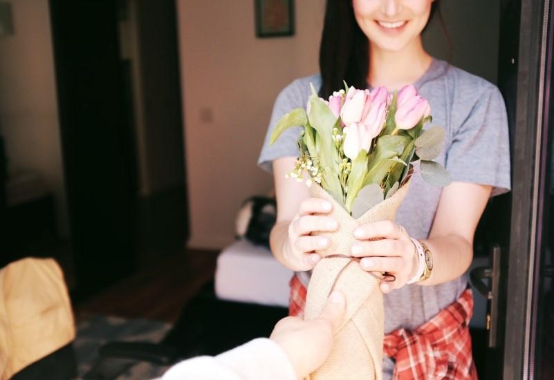 花束を受け取る女性のイメージ