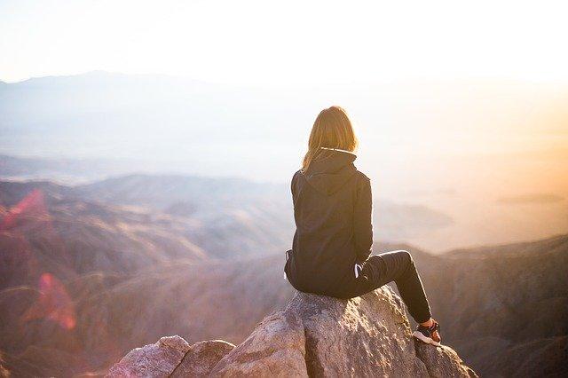 女性が遠くを見つめている写真