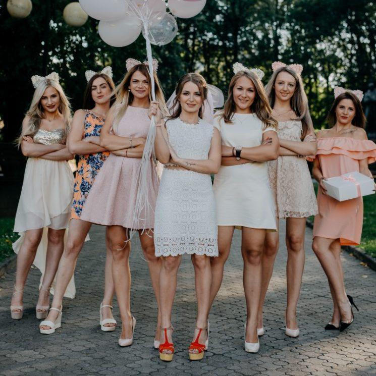 ドレスを着ている女性の達のイメージ