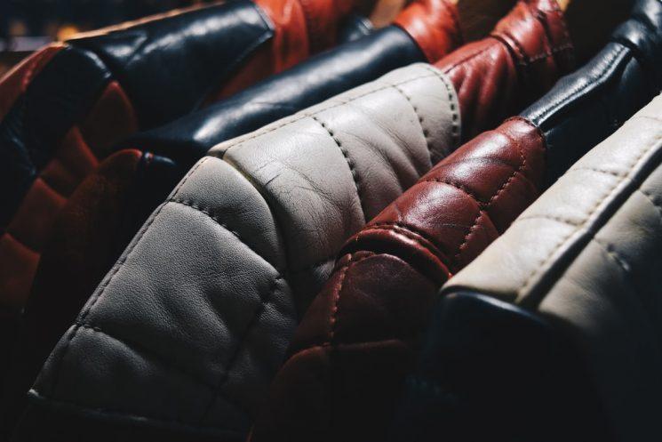 革のセルフクリーニングは可能?財布やバッグの汚れを落とすには