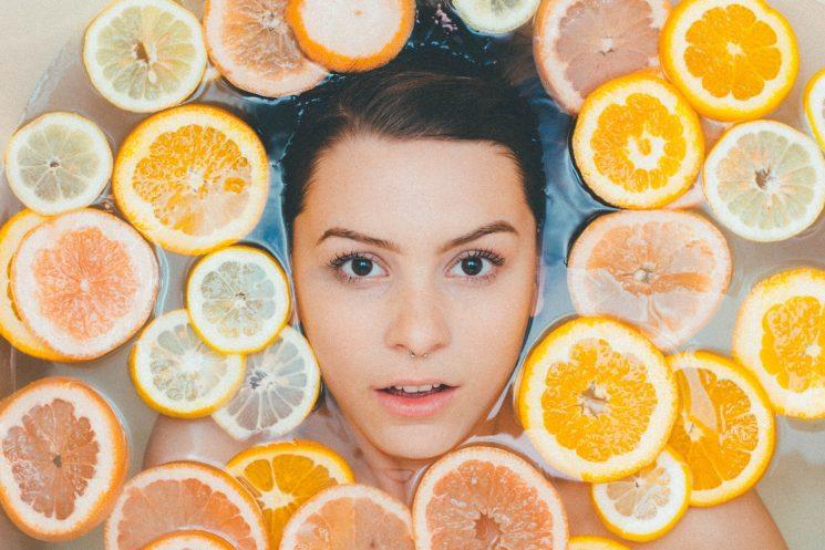 顔脱毛をする女性イメージ