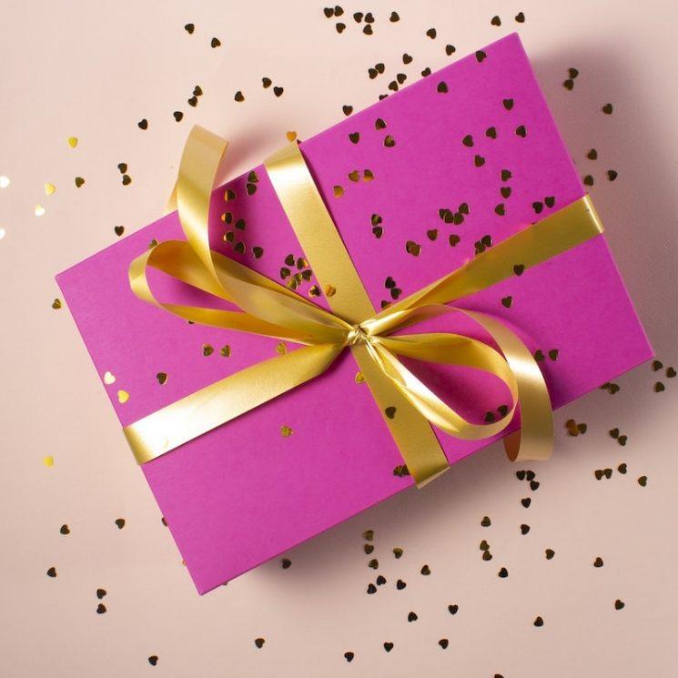 婚約祝いの贈り物は何がおすすめ?マナーと喜ばれるプレゼントを解説